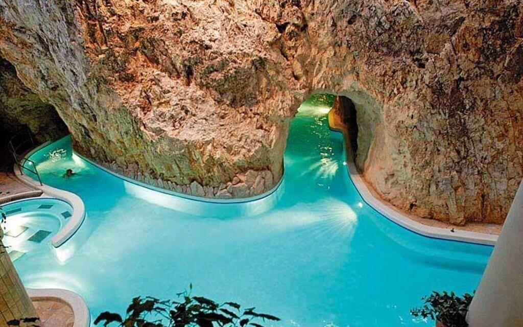 Hotel je jen pár kroků od jeskynních lázní