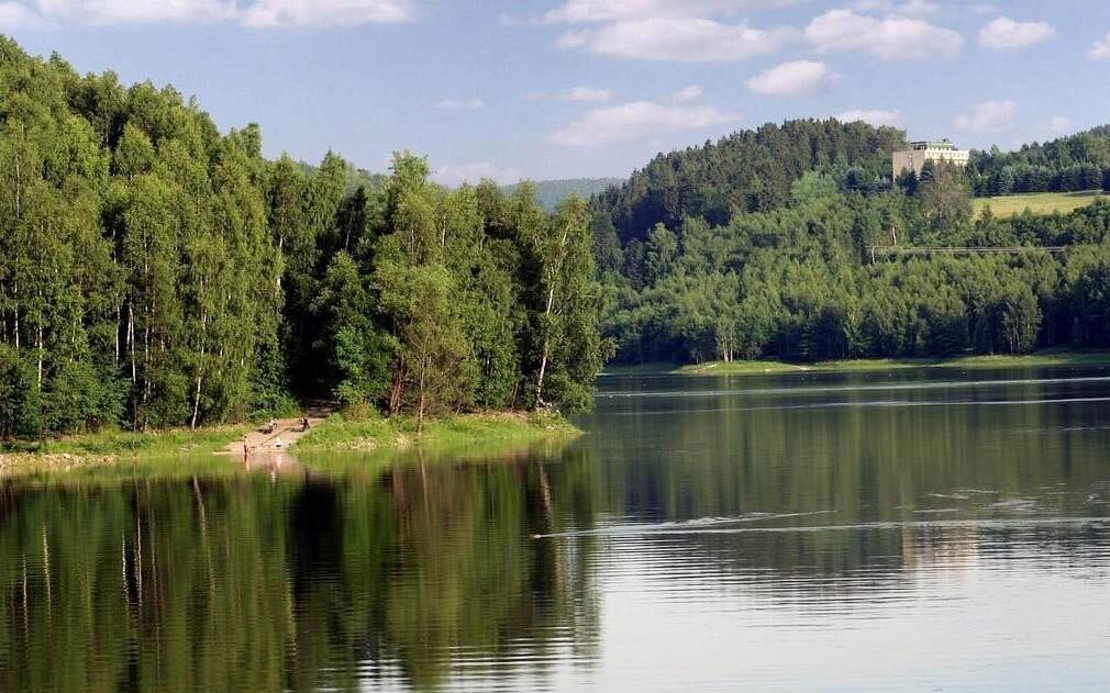 Jazero a prečerpávacia nádrž Markersbach nabáda k prechádzka