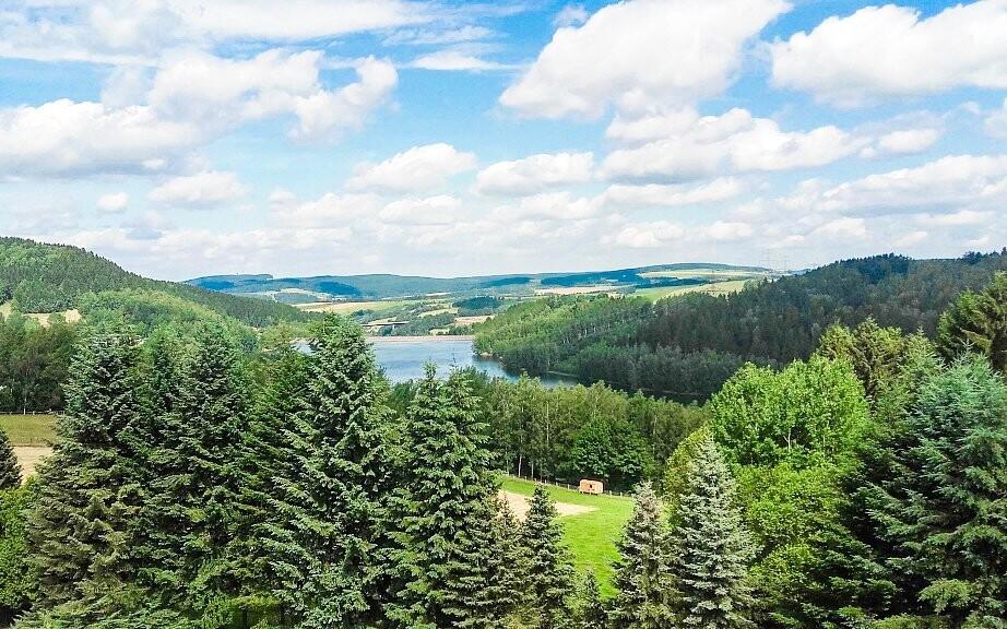 Výhľad na jazero uprostred malebnej krajiny v lete