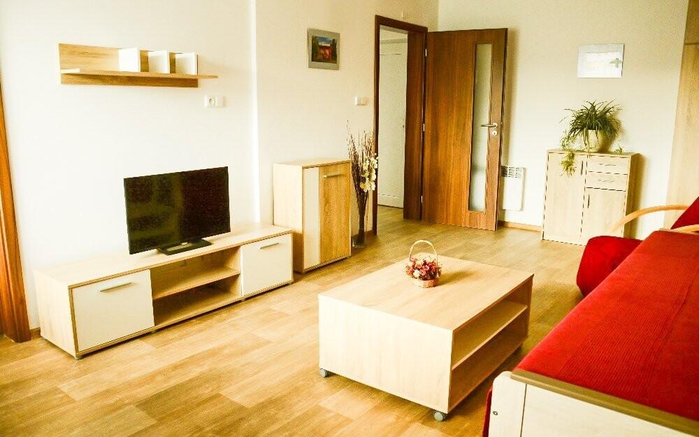 a tiež moderná obývacia izba