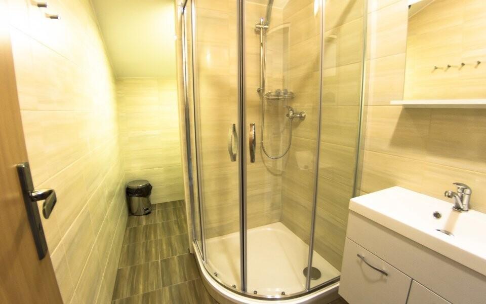 K pokoji patří i vlastní koupelna