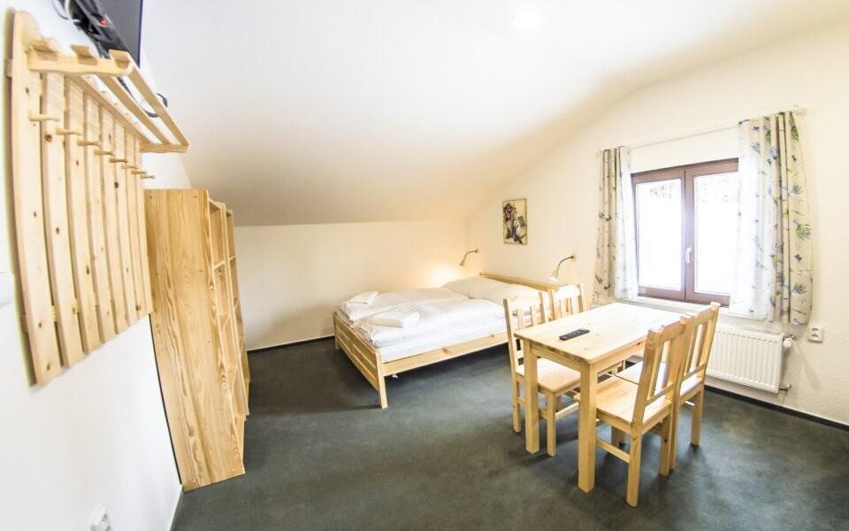 Dřevo dodává pokojům horskou atmosféru
