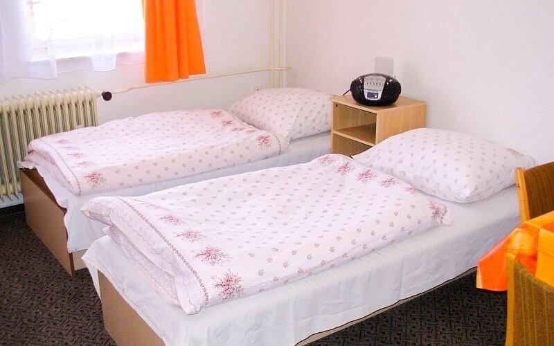 Pokoje jsou útulně zařízené, mají možnost přistýlek
