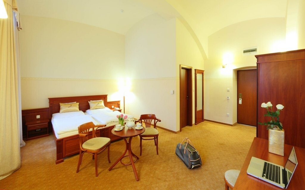 Pokoje hotelu jsou prostorné a světlé