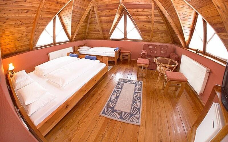 Dřevěné obložení dodává útulnou atmosféru