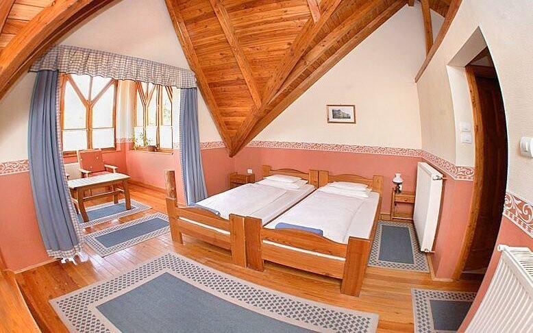 Pokoje jsou prostorné a příjemně vybavené