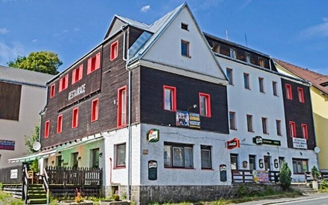 Hotel Slávie stojí v Železné rudě u německých hranic