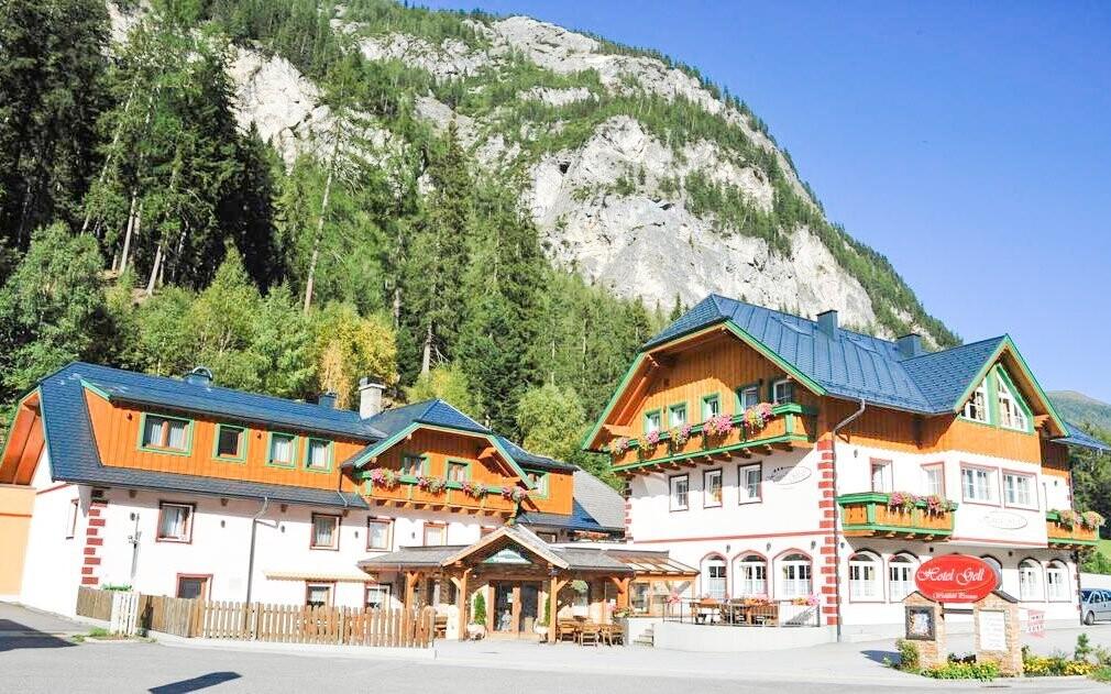 Hotel Gell se nachází uprostřed hor ve výšce 1 000 m n. m.