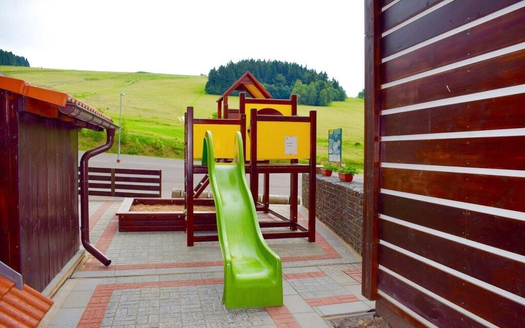 Pro děti je tu i venkovní hřiště
