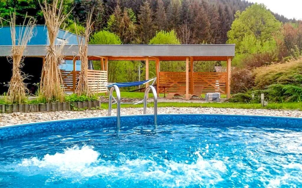 Venku najdete bazén, dětské hřiště i posezení s grilem
