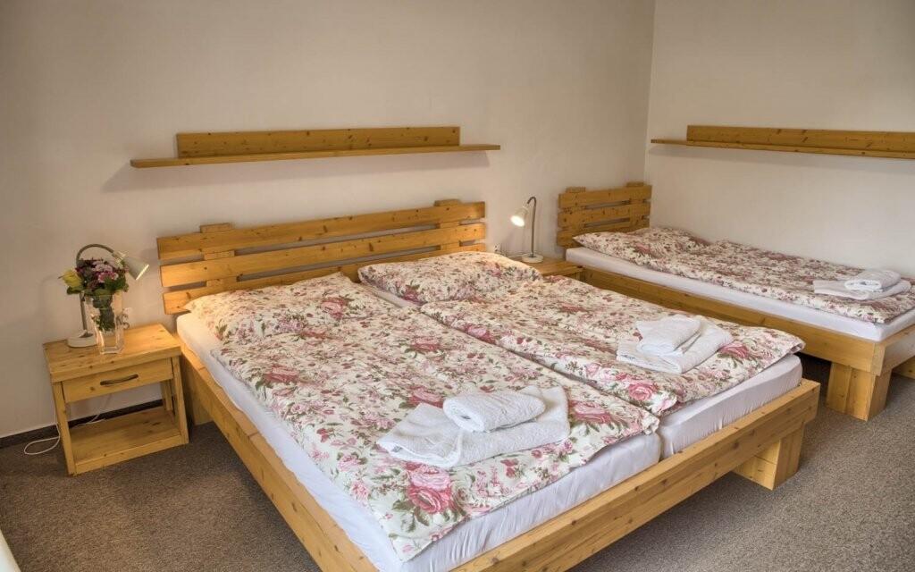 Pokoje jsou dostatečně prostorné