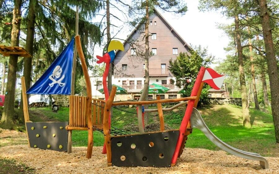 Děti si užijí také hřiště u lanového centra