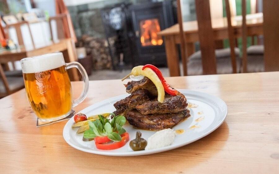 Místní specialitou je grilované maso