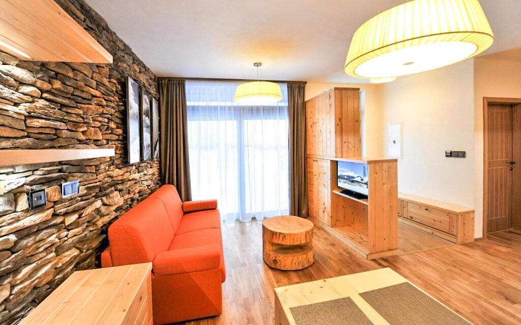 Najdete tu také obývací část s televizí
