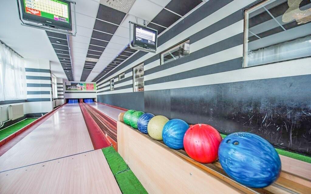 Večer se zabavte třeba při bowlingu či kulečníku