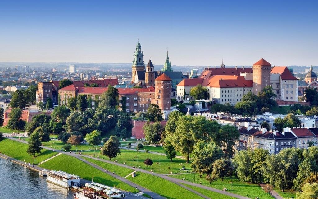 Nad Vislou se tyčí hrad Wawel