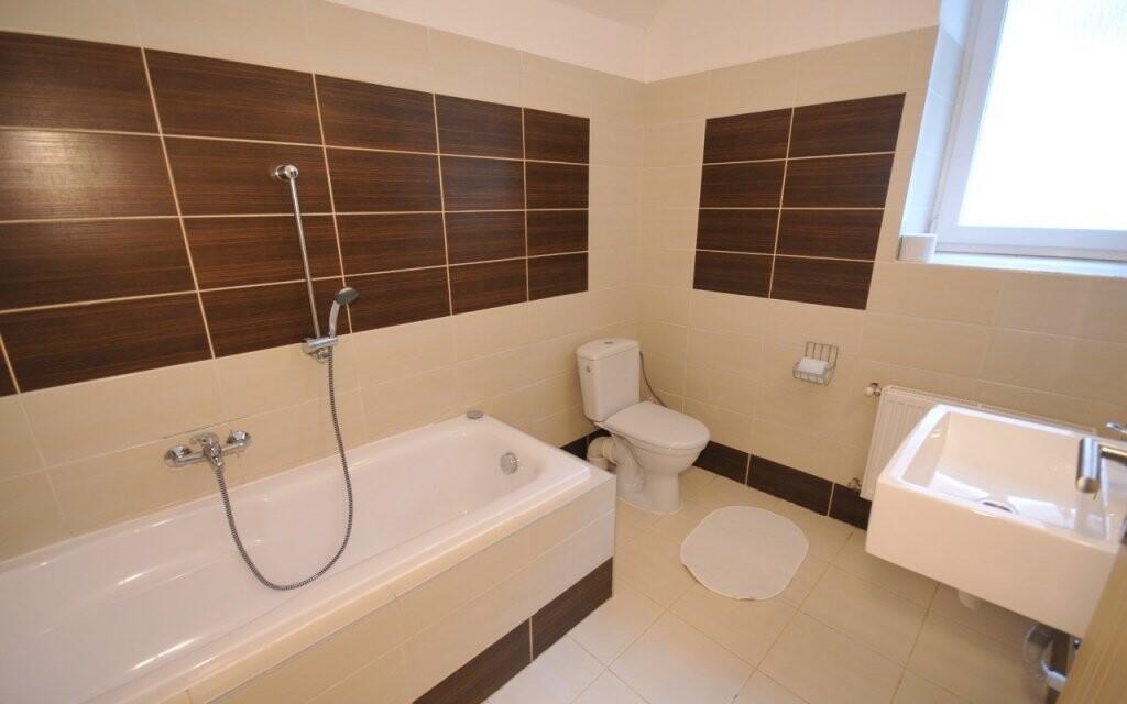Koupelna je vybavena vanou nebo sprchovým koutem