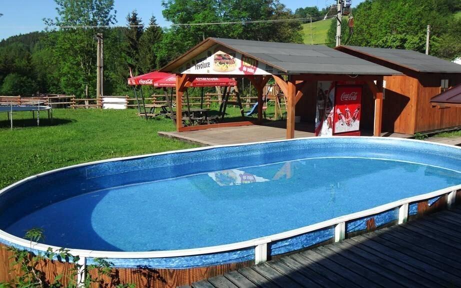 Venku je hostům k dispozici bazén