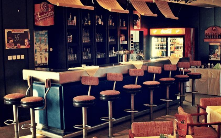 Večer můžete posedět na baru