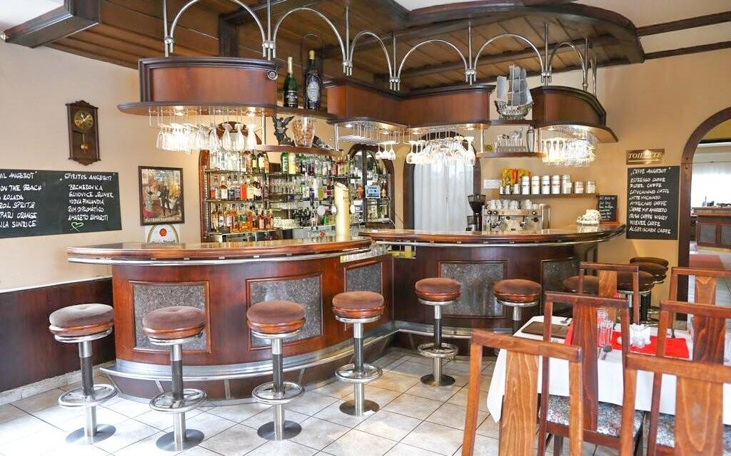 Posedět můžete na baru