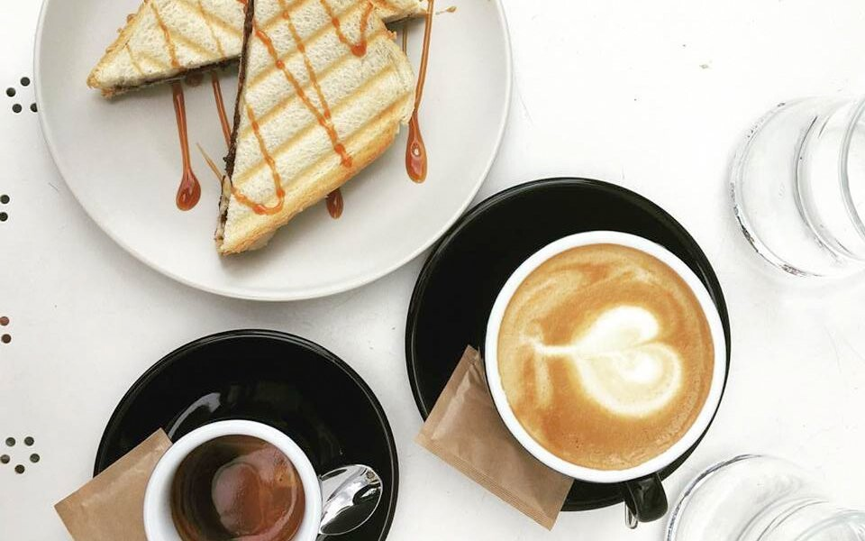 Konzumaci kávy z lokální pražírny máte zdarma