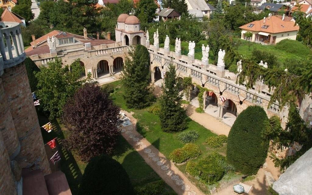 K zámku patrí aj nádherná záhrada