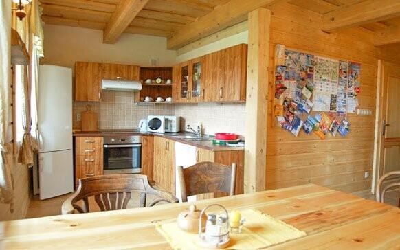 V apartmánovej chalupe je priestranná kuchynka aj posedenie