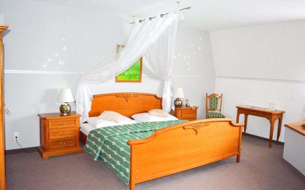 Dopřejte si luxusní spánek v posteli s nebesy