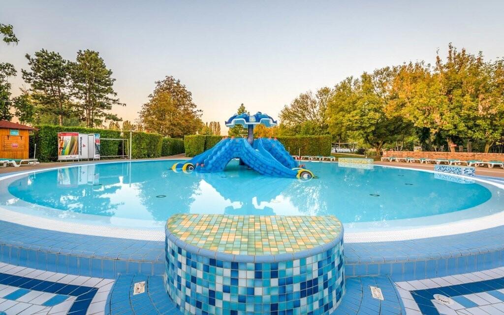 Venkovní bazény jsou vám plně k dispozici