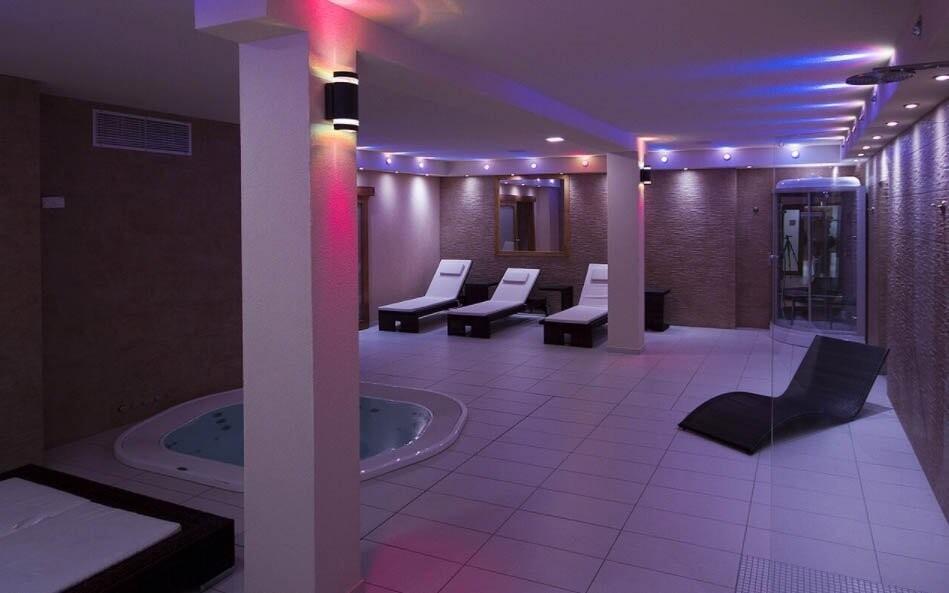 Součástí wellness je i parní kabina s aromaterapií