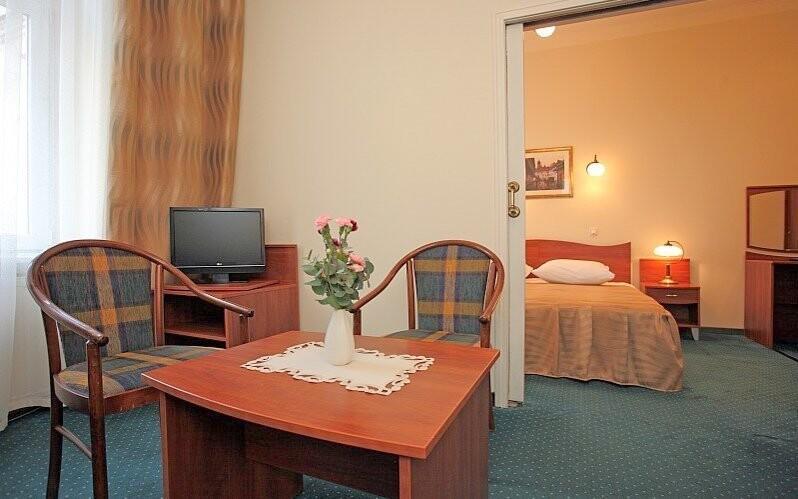 V každém pokoji je dřevěný nábytek
