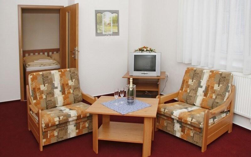 Budete ubytováni v prostorných pokojích