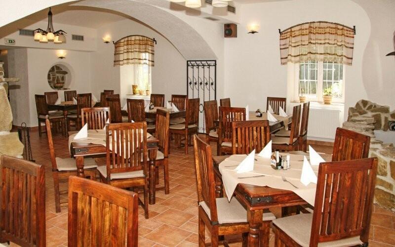 Restaurace má rustikální atmosféru
