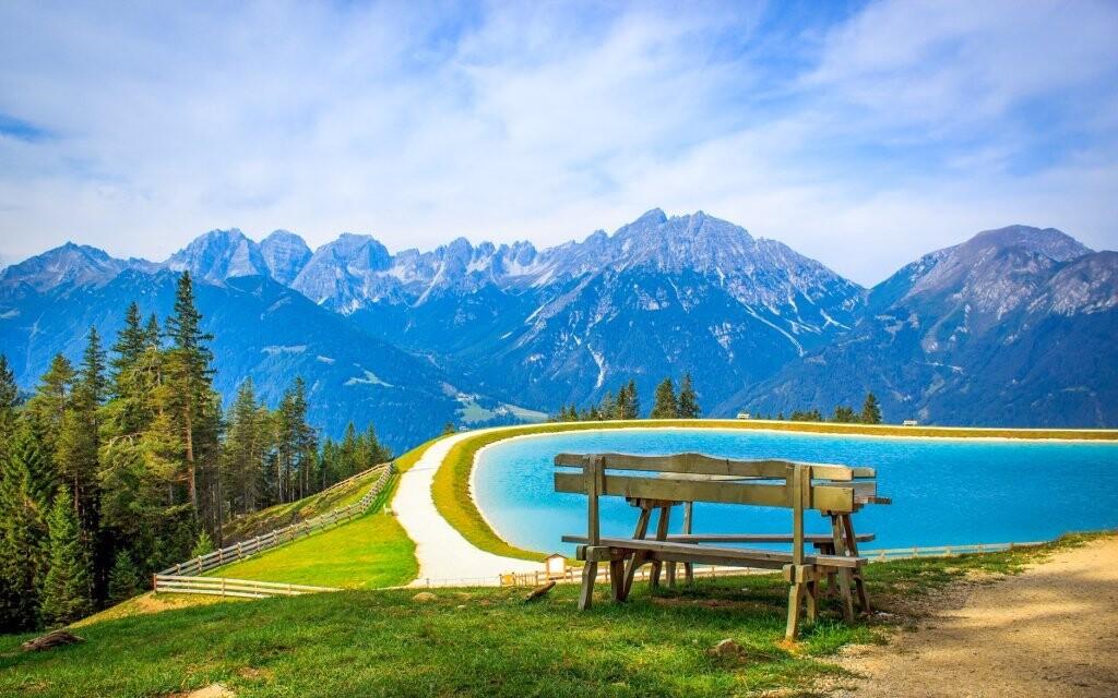 Můžete se projít podél horských jezer