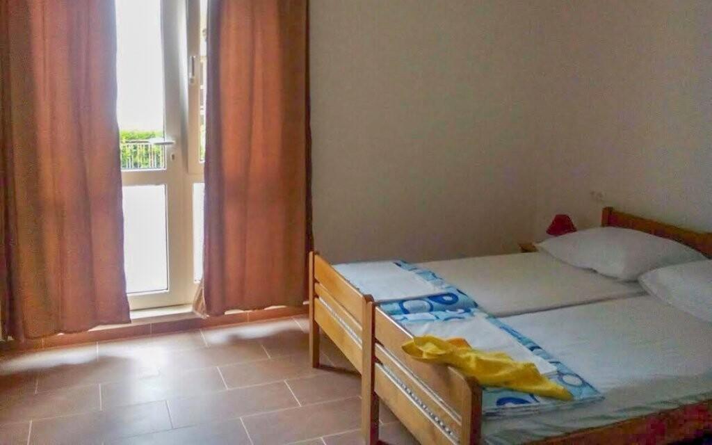 Pokoje jsou klimatizované a vybavené novým nábytkem