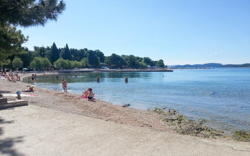 Oblázková pláž s pozvolným vstupem je ideální ke koupání