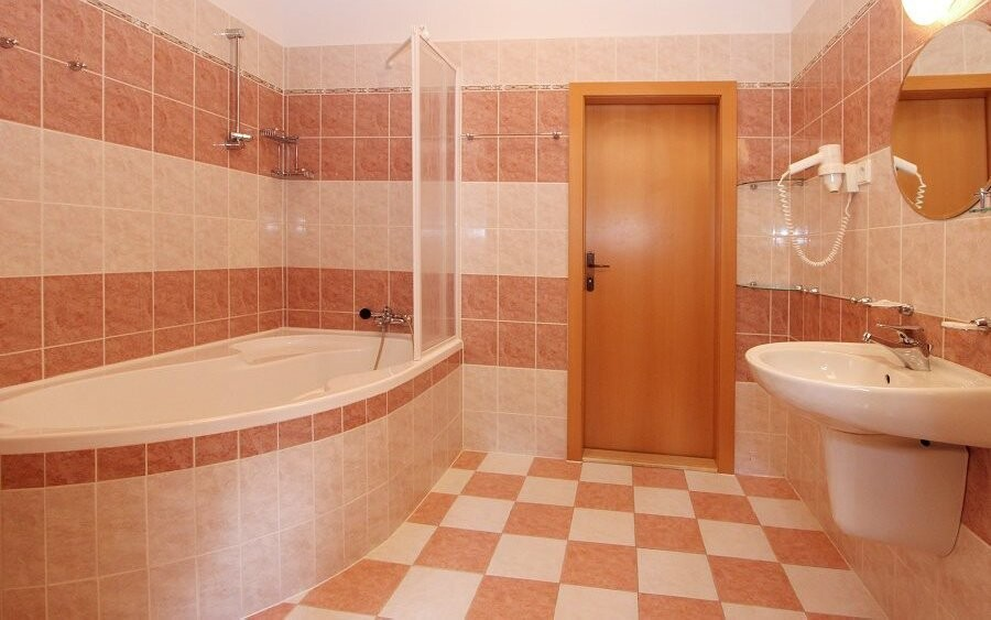 Samozrejmosťou je kúpeľňa