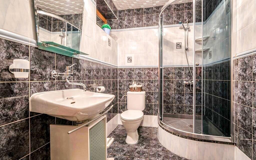Součástí pokoje je moderní koupelna