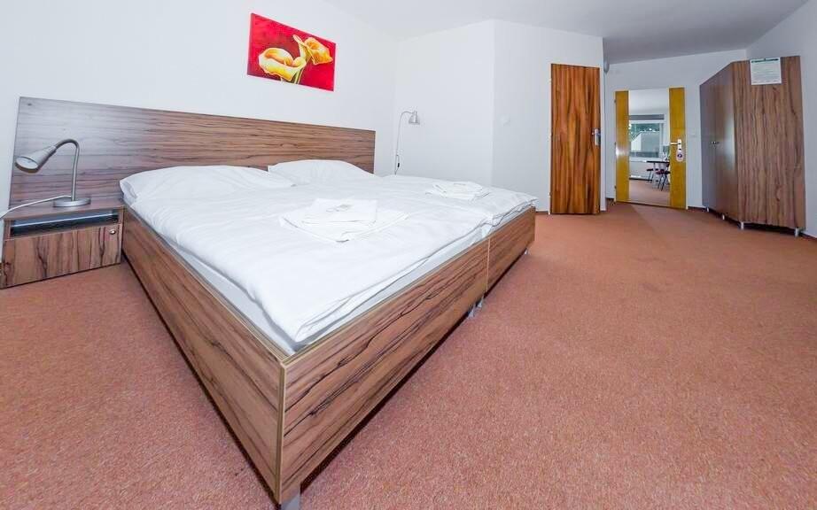 Pokoje jsou komfortně zařízené