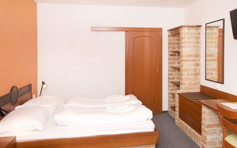 Pokoje v Hotelové domě Vinař jsou stylově vybavené