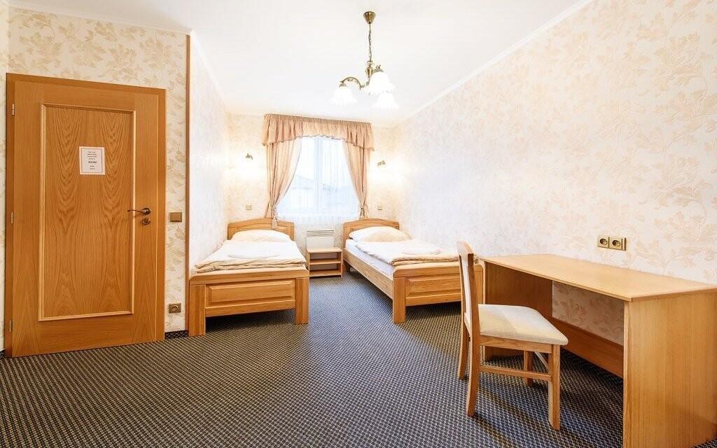 Pokoje jsou komfortně zařízené a mají možnost přistýlky