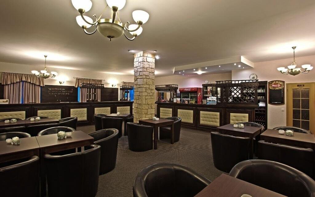 Hotelová recepce s lobby barem