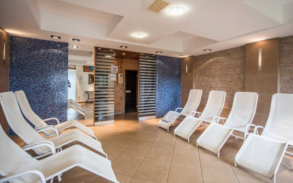 K dispozici jsou také relaxační lehátka a sauna