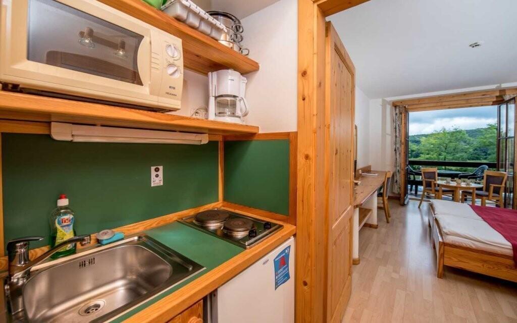 Apartmány mají vlastní kuchyňku a balkón