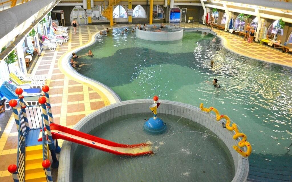 Vnitřní areál nabízí další bazény i saunový svět