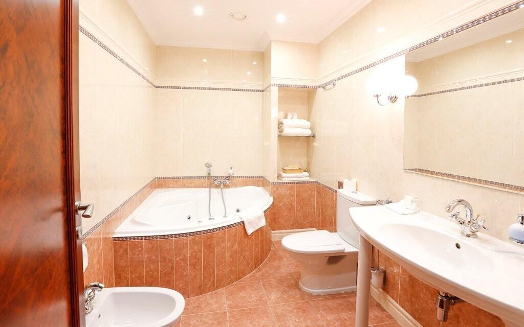 Také koupelna je luxusní