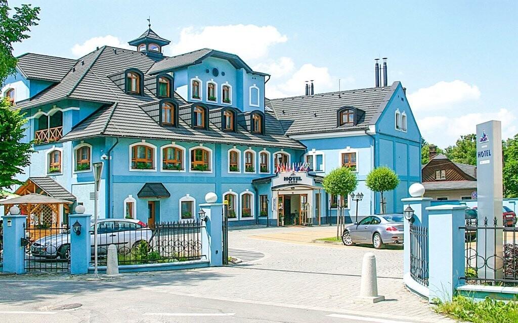 Hotel stojí v Rožnově pod Radhoštěm