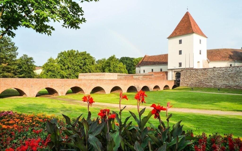 Proslulý Nádasdyho hrad s klenutým mostem