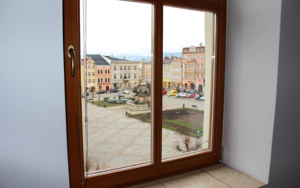Z okna je výhled přímo na náměstí