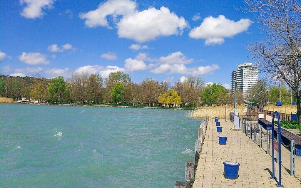 Hotel leží kousek od Balatonu